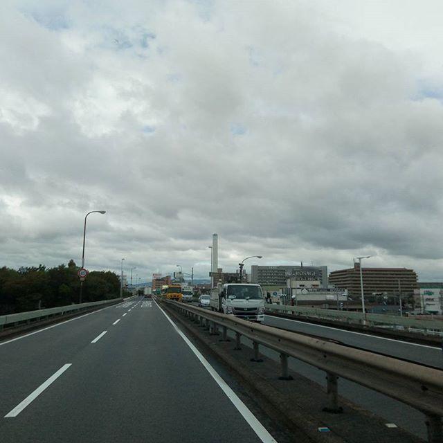 大阪より神戸に向かう空今日はどこも曇天でしょうか…#曇り空